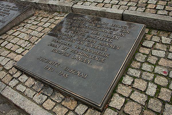 Nederlandse gedenkplaat op het internationale monument in Birkenau