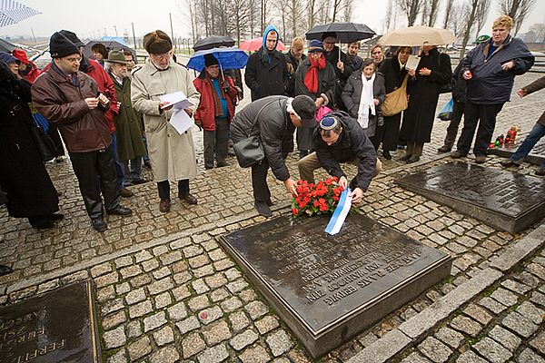 Kanslegging door de deelnemers op de gedenkplaat in Birkenau
