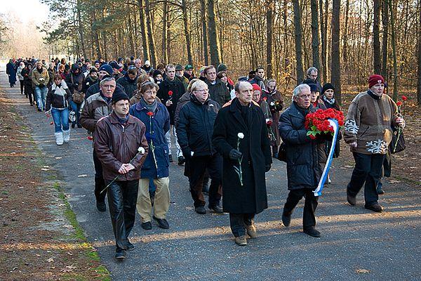 Wandeling naar de asheuvel in Sobibor