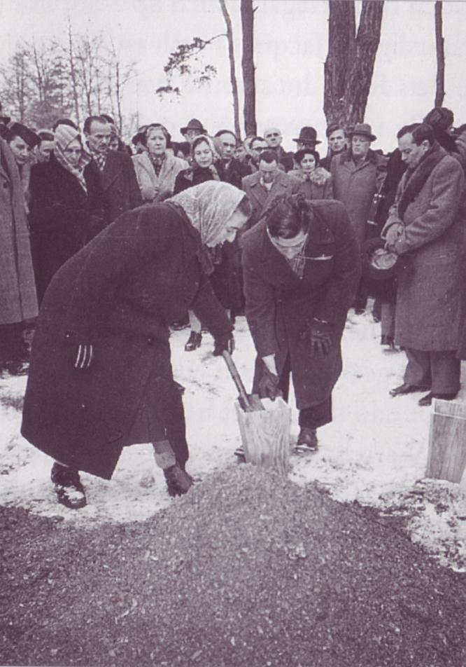 Auschwitz-Birkenau. Bets Roos en Louis van Thijn vullen namens de Nederlandse delegatie een urn met as uit een van de kalkputten van het vernietigingskamp. Foto: NAC