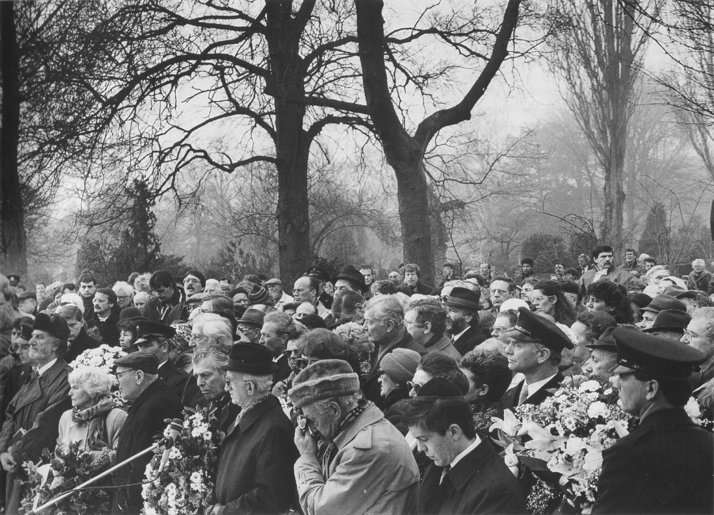 Auschwitz Herdenking op de Nieuwe Oosterbegraafplaats,  begin jaren zestig. Comitévoorzitter Jos Slagter spreekt de verzamelde Comitéleden toe. Foto: Jacques Furth
