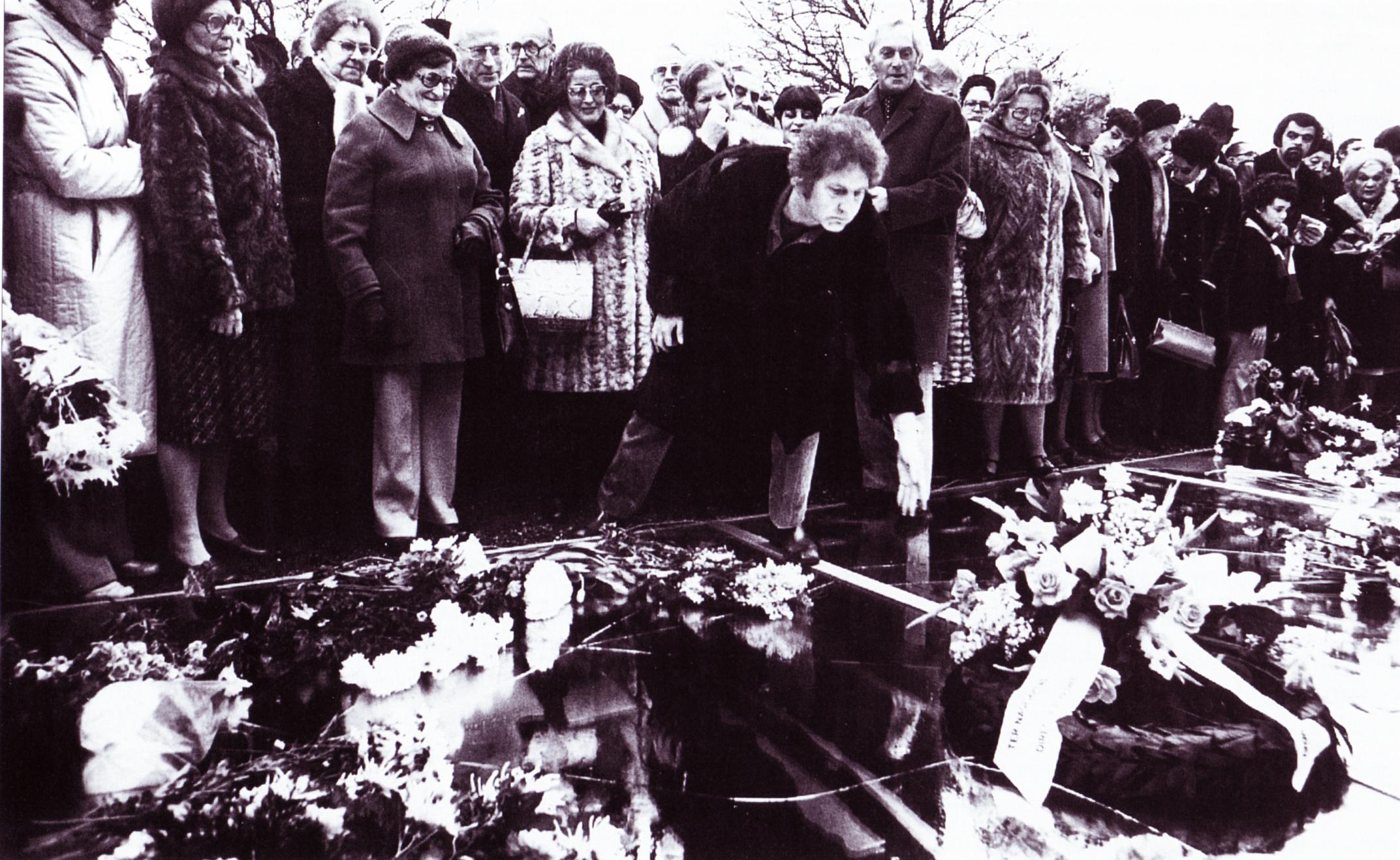 Jan Wolkers bij de onthulling van het Spiegelmonument,  tijdens de herdenking van 1977. Foto: ANEFO / Spaarnestad Photo